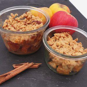 Bocaux de crumble aux pommes du vigan et canelle présentés sur une ardoise