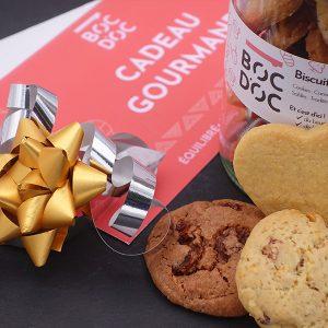 bocal de biscuits de noel accompagné d'une carte cadeau