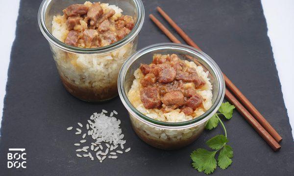 Porc au caramel en bocaux accompagné de coriandre et de baguettes chinoises